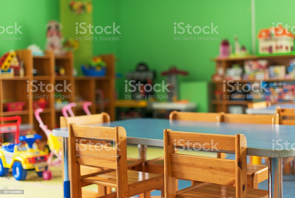 Chairs, table and toys. Interior of kindergarten. photo libre de droits