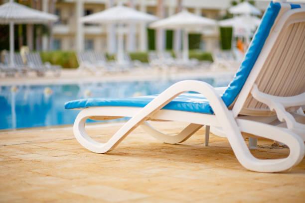 Chaiselongue am Pool im tropischen resort – Foto