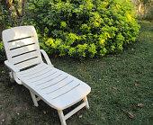 Chaise longue en PVC dans un jardin