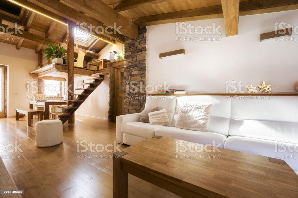 Moderne Wohnung In Holz Chaletstil Stockfoto und mehr Bilder ...