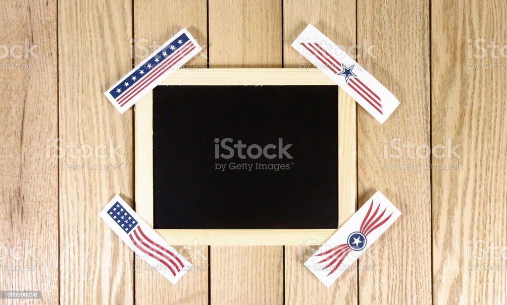 Kreidetafel mit USA Logos über Holz Hintergrund. Fotobild - Lizenzfrei Bauholz-Brett Stock-Foto