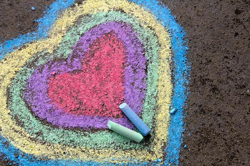 Tebeşir Çizim Asfalt Üzerinde Renkli Kalpler Stok Fotoğraflar & Asfalt'nin Daha Fazla Resimleri
