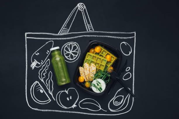 kreide gezeichnete skizze einkaufstasche mit gesunden lebensmitteln - mittagspause schild stock-fotos und bilder