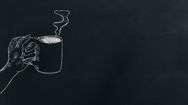 kreide handzeichnung eine hand kaffeetasse mit dampf am schwarzen brett auf der linken seite des rahmens. - kreidetafel zitate stock-fotos und bilder