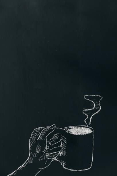 kreide handzeichnung eine hand kaffeetasse mit dampf am schwarzen brett in der nähe von unterhalb des rahmens. - kreidetafel zitate stock-fotos und bilder