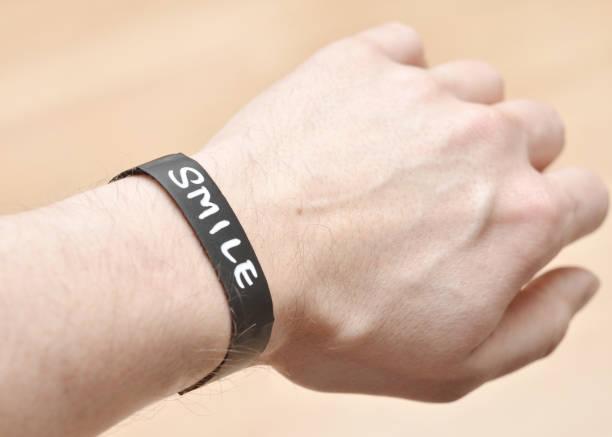 kreide-armband mit lächeln nachricht - canda armband stock-fotos und bilder