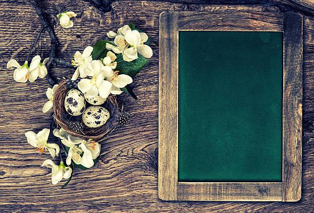 tafel, blumen und ostern nest mit eiern auf holz-hintergrund - schöne osterbilder stock-fotos und bilder