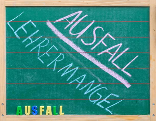 Tafel in einer Schule zum Thema des Scheiterns der Klasse mit der deutschen Wörter für Fehler aufgrund des Fehlens von Lehrern – Foto