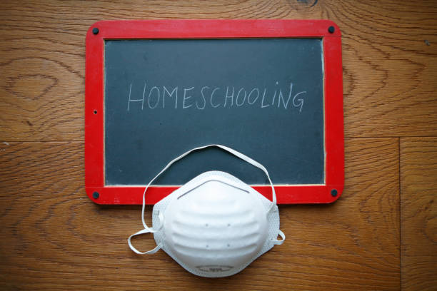 tafel mit homeschooling schriftzug, corona virus - homeschooling stock-fotos und bilder