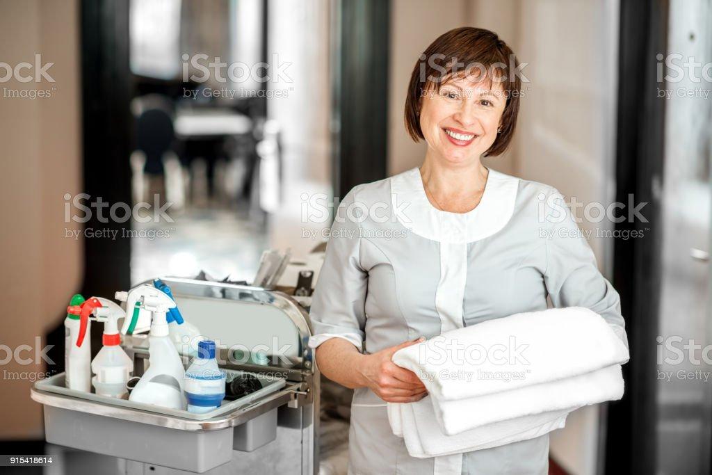 Zimmermädchen im Hotelflur – Foto