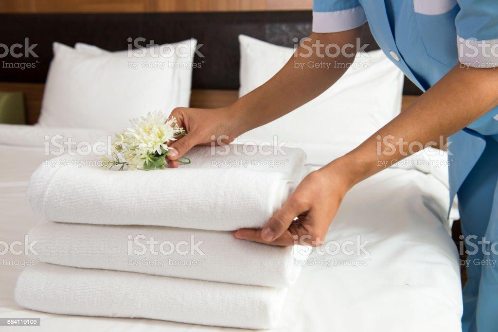Zimmermädchen machen Bett – Foto