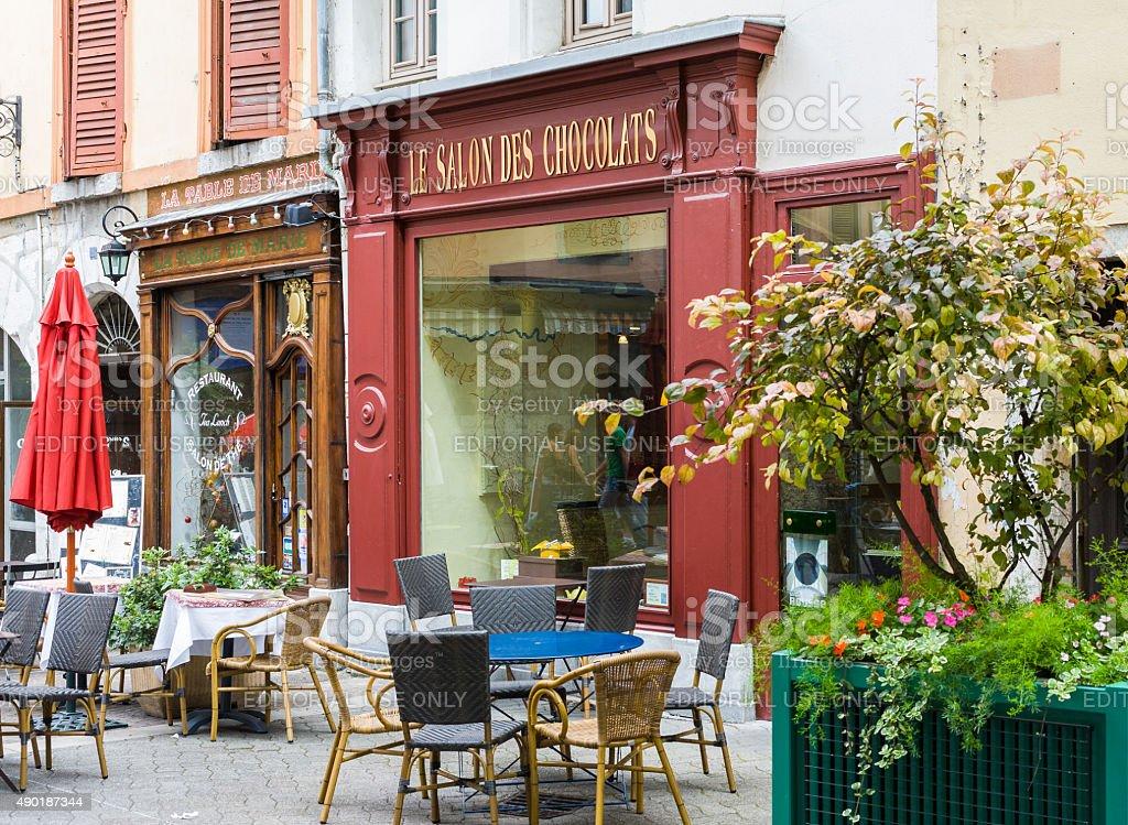 Chambéry (Francia). Negozio di cioccolato e ristorante della città vecchia - foto stock