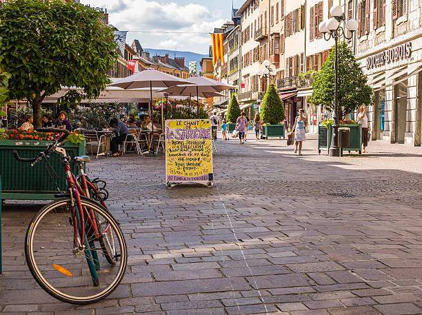 Chambéry (Francia). Place Saint-Léger con bycicle, i turisti e negozi - foto stock