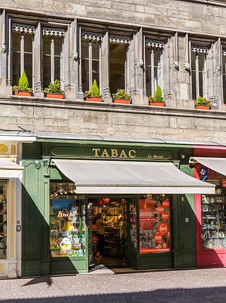 Chambéry (Francia). Negozio di tabacchi con turisti nella Città vecchia - foto stock