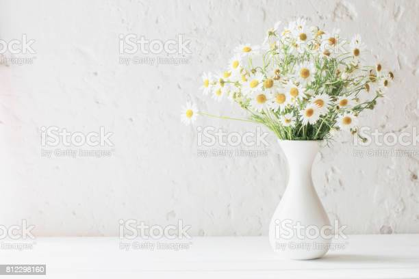 Chamomile in vase on white background picture id812298160?b=1&k=6&m=812298160&s=612x612&h=s6 zbm0ytspetnhyxpyo8nuaijobxwulqqggyt4iaum=