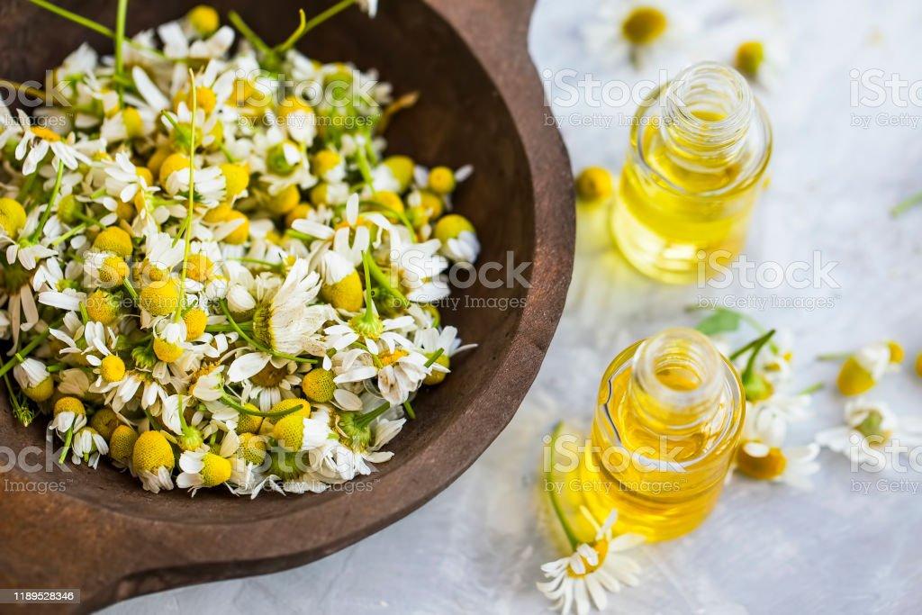 Chamomile oil ,  chamomile essential oil bottles with chamomile flowers - Zbiór zdjęć royalty-free (Ajurweda)