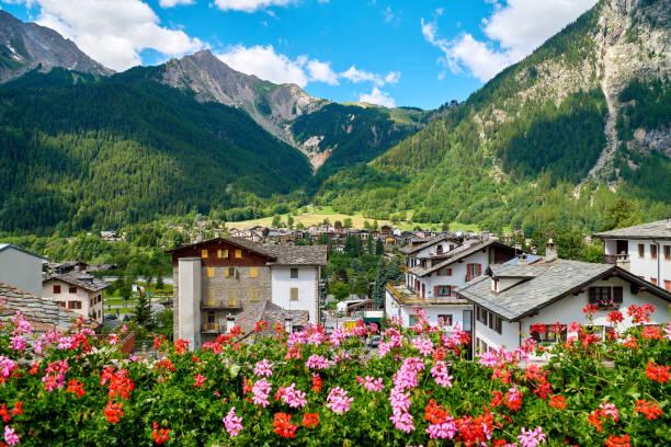 chamonix et mont blanc mountain range à sunny day, france - france photos et images de collection