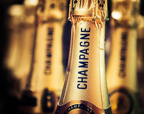 champagner bereit zum öffnen - partylabels stock-fotos und bilder
