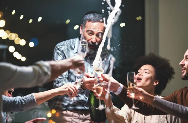Brindis con champán de la celebración. - foto de stock
