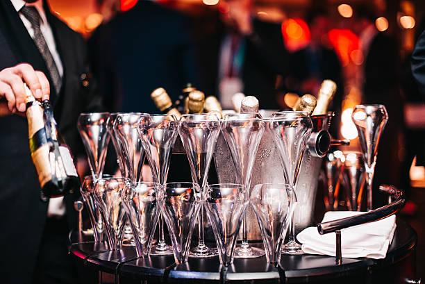 champagne chrystal glasses set night club bar luxury cocktail party - eventos de gala - fotografias e filmes do acervo