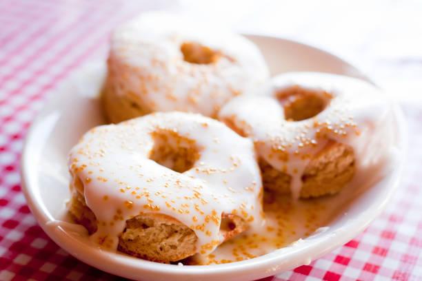 champagner donuts - hausgemachte gebackene donuts stock-fotos und bilder