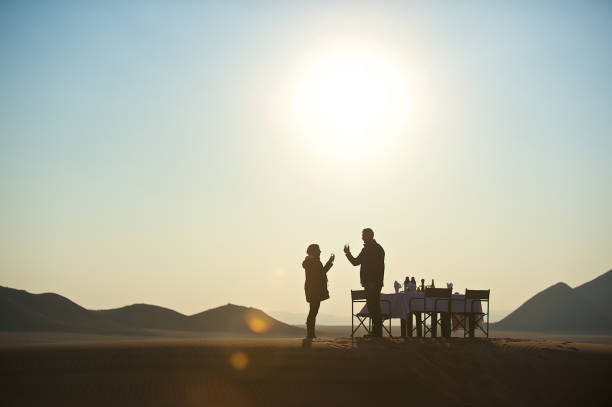 champagner für zwei auf sanddüne - namib wüste stock-fotos und bilder