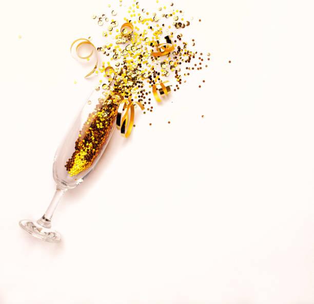 Sektglas mit goldenen Glitzer auf rosa Hintergrund. Flatlay. Kopieren Sie Raum. Neujahr-Konzept – Foto