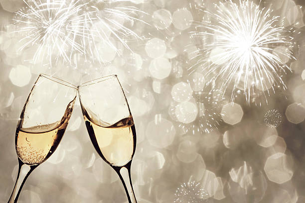 gläser champagner gegen die holiday lights - schaumwein fotos stock-fotos und bilder