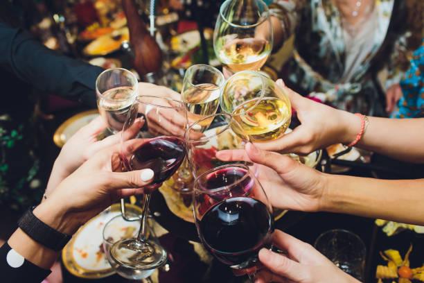 vidros de champagne nas mãos dos povos no partido. - brinde - fotografias e filmes do acervo