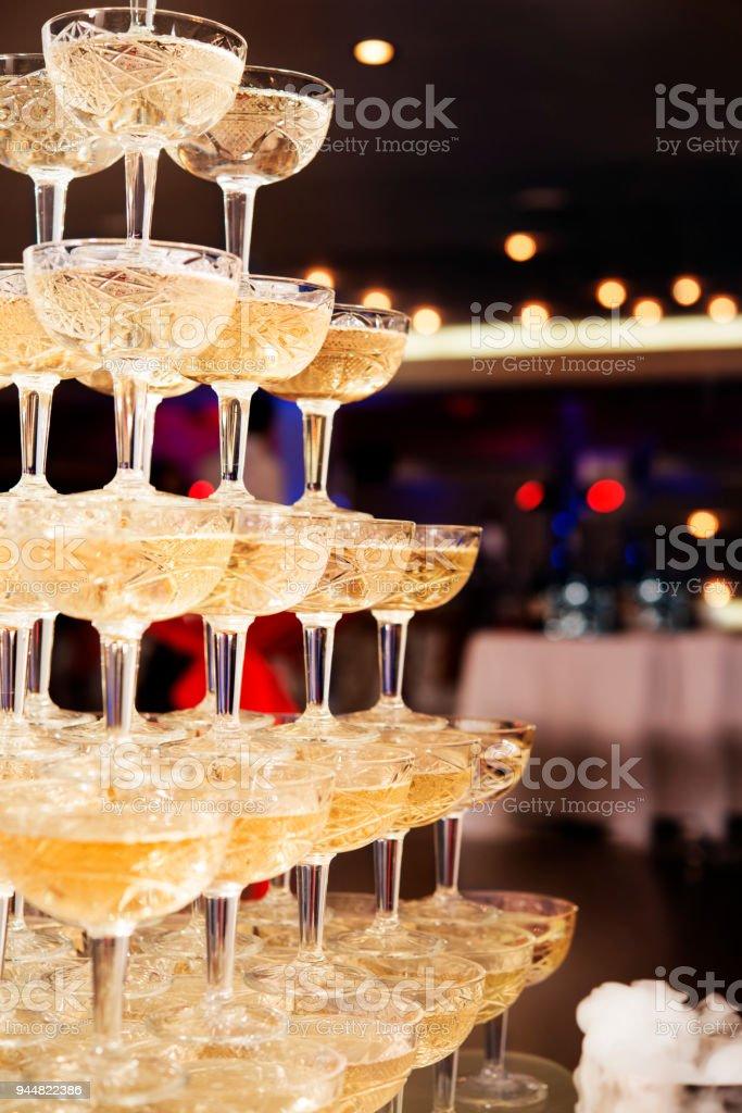 Champagner-Gläser stehen in einem Turm auf der party – Foto
