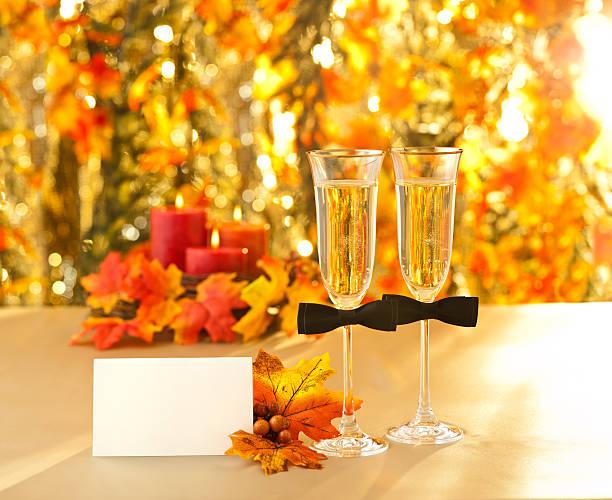 champagner-gläser mit konzeptionellen gleichen geschlechts dekoration für gay mich - herbst hochzeitseinladungen stock-fotos und bilder