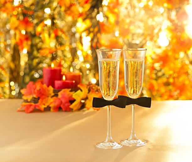 champagner-gläser mit konzeptionellen gleichen geschlechts dekoration für schwule - herbst hochzeitseinladungen stock-fotos und bilder