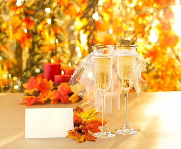 champagner-gläser mit konzeptionellen gleichen geschlechts dekoration - herbst hochzeitseinladungen stock-fotos und bilder