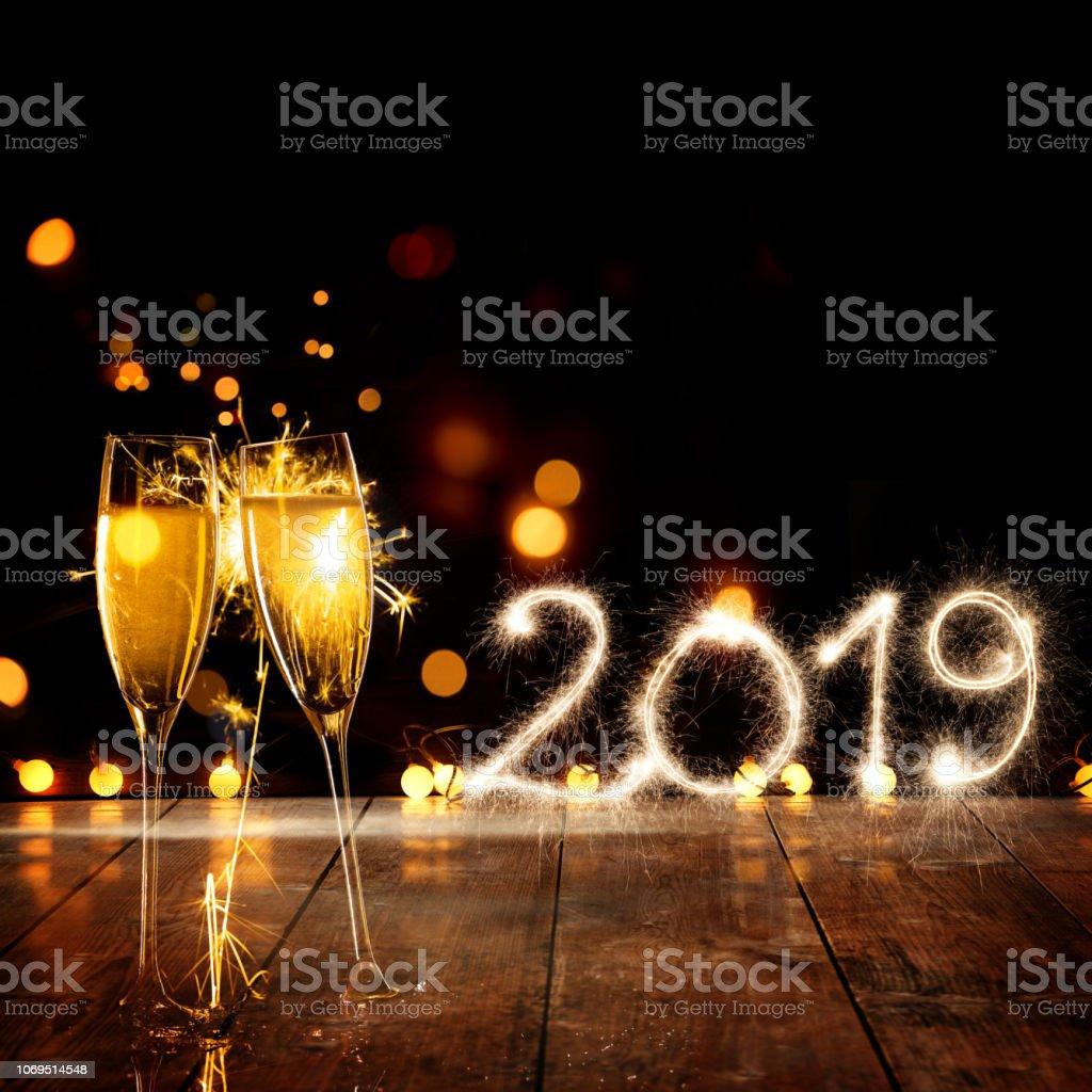 Sektgläser mit Wunderkerze frohes neues Jahr 2019 – Foto