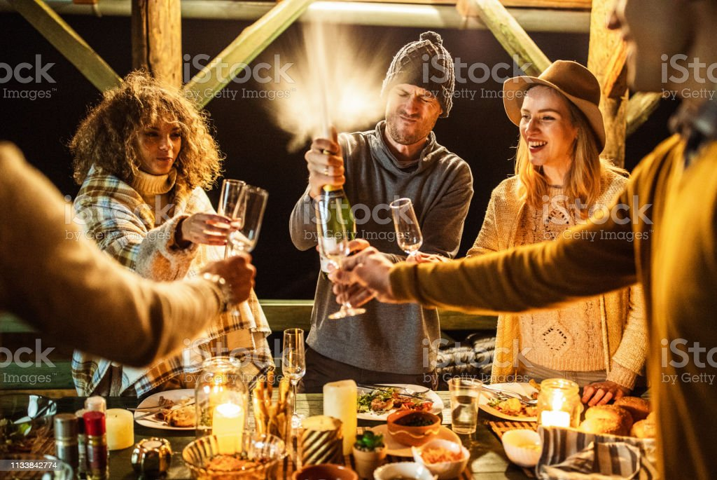 Champagne éclaboussant à la fête de dîner! - Photo de Activités de week-end libre de droits