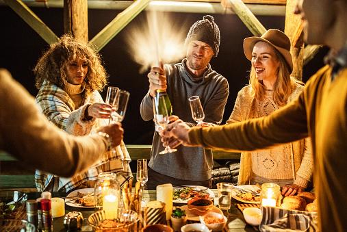 Photo libre de droit de Champagne Éclaboussant À La Fête De Dîner banque d'images et plus d'images libres de droit de Activités de week-end