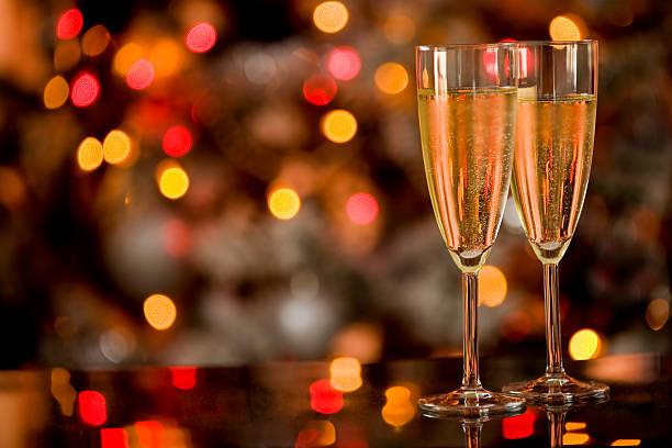 champagner auf glastisch mit bokeh-hintergrund - new york new year stock-fotos und bilder