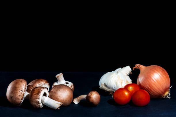 champignon, zwiebel tomaten und knoblauch - gebackene champignons stock-fotos und bilder