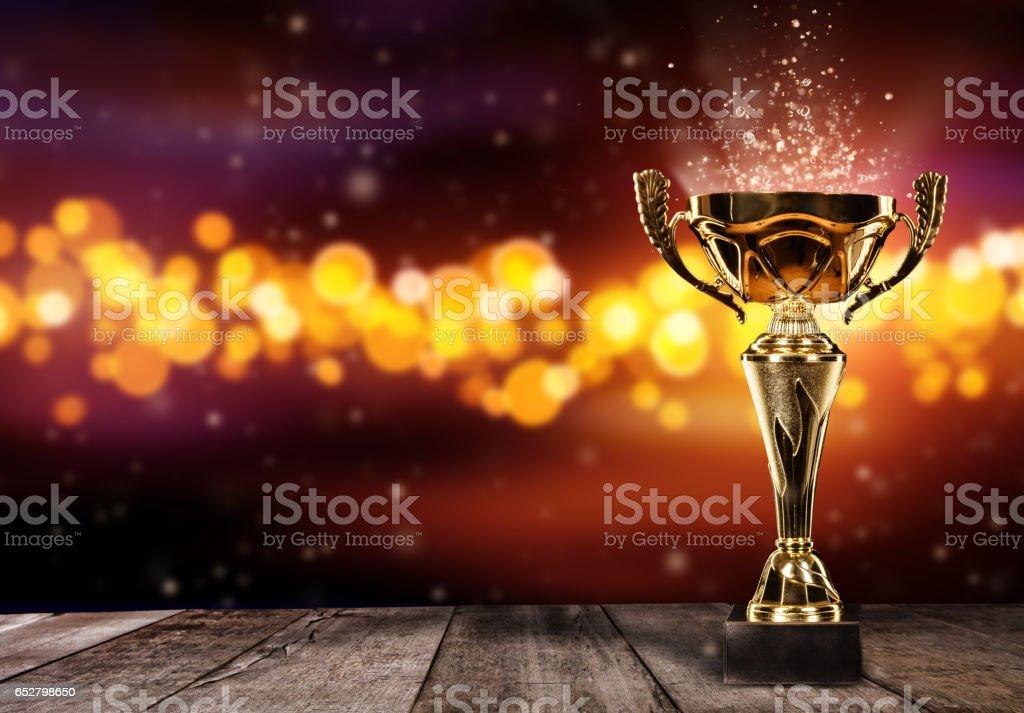 Champion golden Trophy auf Holztisch mit Spot leuchtet auf Hintergrund – Foto