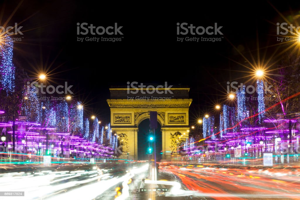 Champs-Elysees in der Nacht mit Verkehr, Paris, Frankreich – Foto