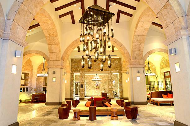 Kronleuchter in der lobby in der Nacht-Beleuchtung, Peloponnes, Griechenland – Foto