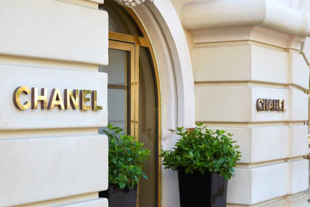 Entrada de la tienda de lujo de moda y joyería Chanel con cartel dorado en Monte Carlo, Mónaco - foto de stock