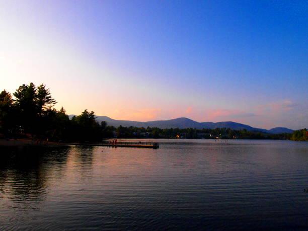 chaînes de montagnes - coucher de soleil sur les adirondacks - lac mirror lake photos et images de collection