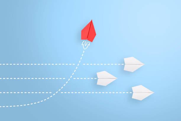 改變概念,紅紙飛機在白色中領先 - 成功 個照片及圖片檔