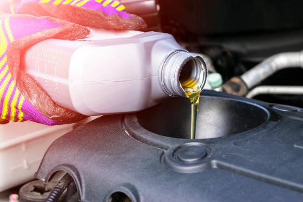 Ändern Sie das Öl. Handmechaniker bei der Reparatur von Auto. Nahaufnahme Öl für Automotor. Motoröl strömt auf Automotor. Tanken und Öl in den Motor gießen. instandhaltung. Auto Detaillierung – Foto