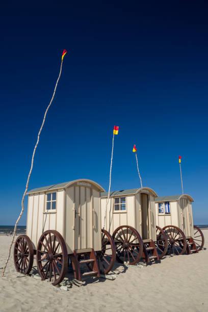 umkleidekabinen am strand - urlaub norderney stock-fotos und bilder