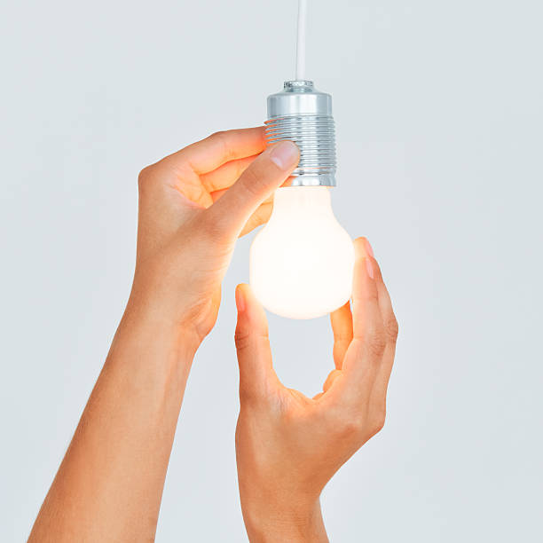 neue glühbirne - glühbirne auswechseln stock-fotos und bilder