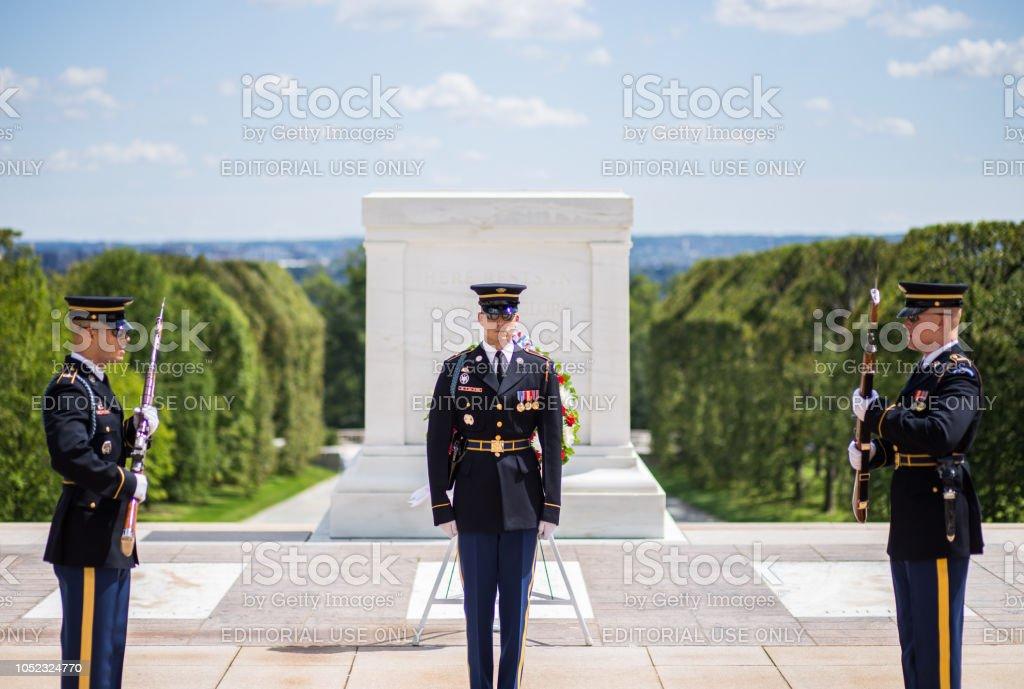 アーリントン国立墓地の無名戦士の墓で儀仗兵の変更 - アメリカ合衆国 ...