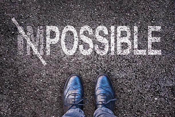 changer le mot impossible au possible sur un aspahlt road - envisageable photos et images de collection