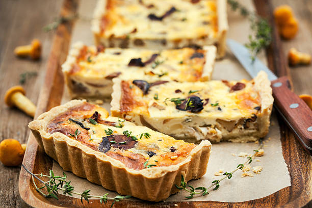 Chanterelle mushroom, cheese and thyme quiche - foto de stock